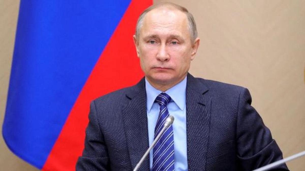 """На видео с Путиным в Кремле заметили деталь: """"Правая рука почти не работает"""""""