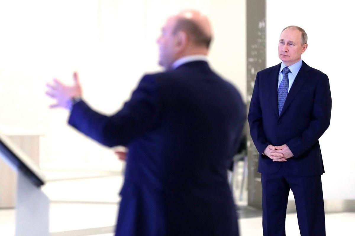 """На кадрах новой """"вылазки"""" Путина заметили интересную деталь: """"Держали на расстоянии 10 метров"""""""