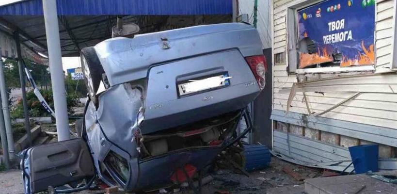 Масштабная авария в Днепре: иномарка влетела в летнюю площадку кафе, двое погибших