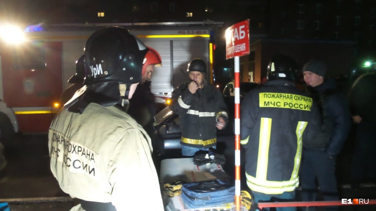 В Екатеринбурге полыхает 16-этажный дом, с высоты летят горящие обломки, людей экстренно эвакуируют– кадры