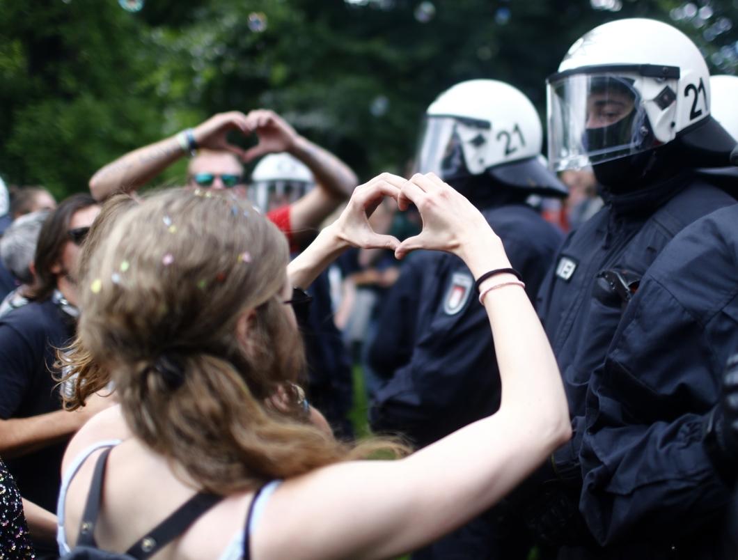 Селфи на фоне ОМОНа и задержанные журналисты: новые подробности протеста в Москве - прямая трансляция