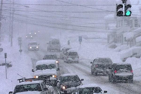 """Украину """"накрыл"""" снежный армагеддон: десятки перевернутых авто на дорогах, автобусы с пассажирами слетают в кювет и переворачиваются"""
