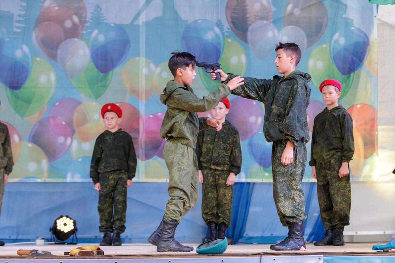"""""""Это дикость"""", - соцсети недоумевают от фотографий пропагандистской постановки с участием детей в Крыму"""