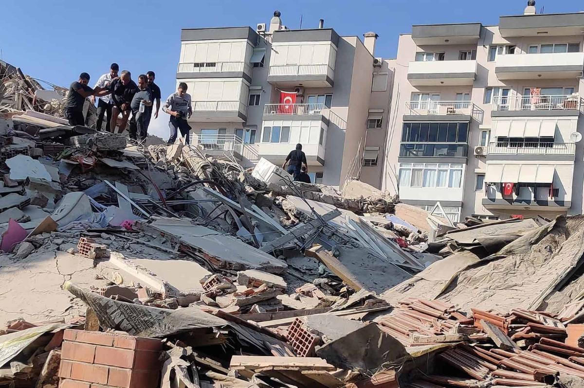 В Измире рухнуло 10-этажное здание на глазах у прохожих - крушение попало на видео