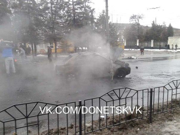 Последствия обстрела остановки троллейбуса №17 в Донецке