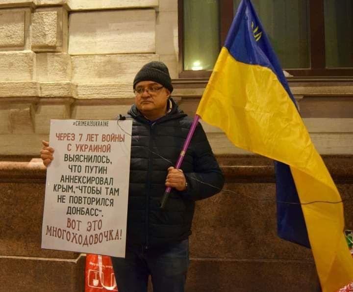 Россияне с флагами Украины вышли на пикет против оккупации Крыма в Петербурге: СМИ показали, что сделала полиция