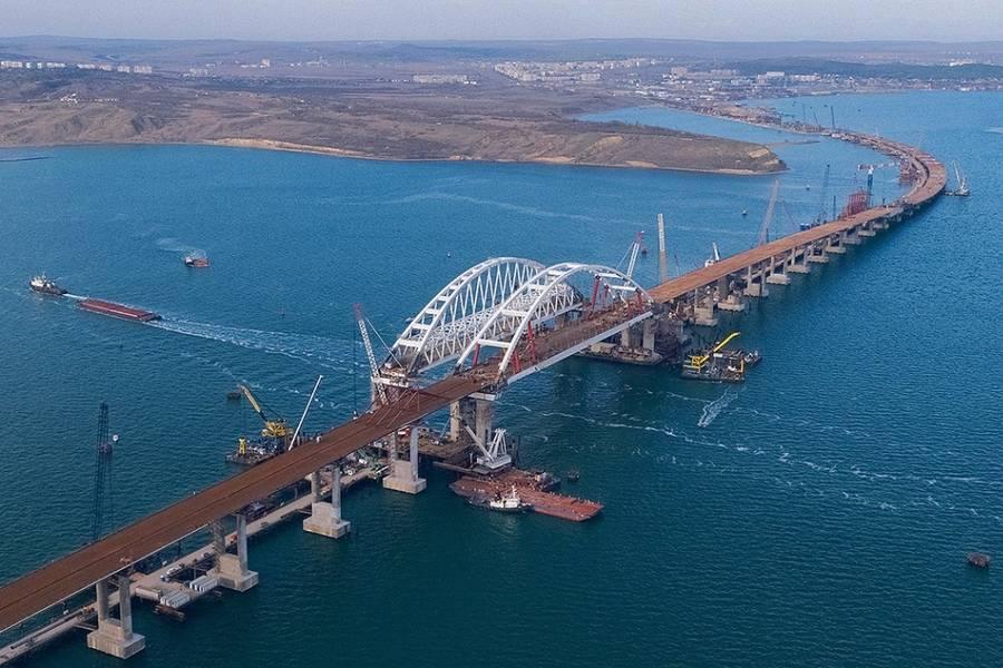 Российские военные вдруг начали патрулировать Керченский мост - причина неизвестна: появились первые фото