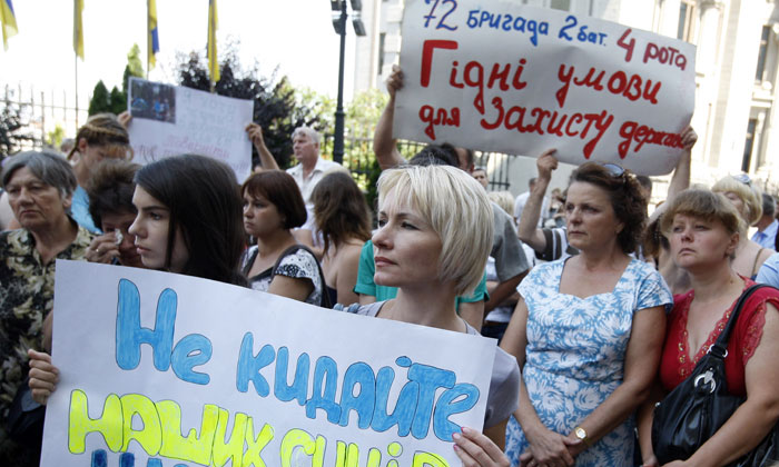 Матери и жены военных АТО перекрыли трассу под Киевом