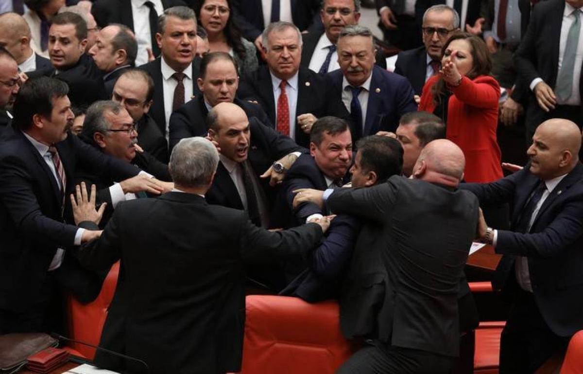 Массовая драка в турецком парламенте из-за России и Сирии: кто первый начал и чем все закончилось, кадры