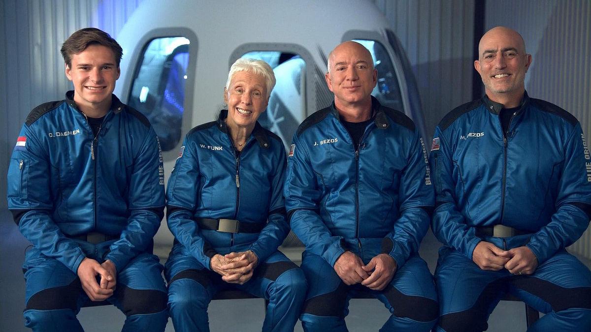 Богатейший человек мира сегодня побывал в космосе: в Сети показали, как ракета Безоса взлетела в атмосферу