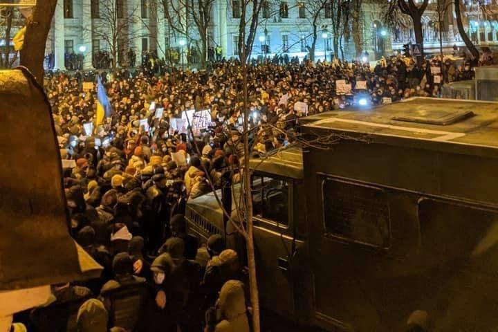 Стычки на Банковой: более 10 человек ранены при столкновении с полицией, ситуация дошла до критической точки