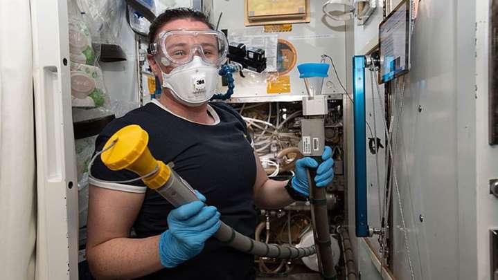 Большой скандал на МКС: сломались все российские туалеты - астронавты используют подгузники