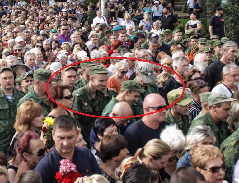 """Улыбающийся боевик в разгар похорон Захарченко """"взорвал"""" соцсети: кадры, как на самом деле в Донецке """"прощались"""" с убитым главарем"""