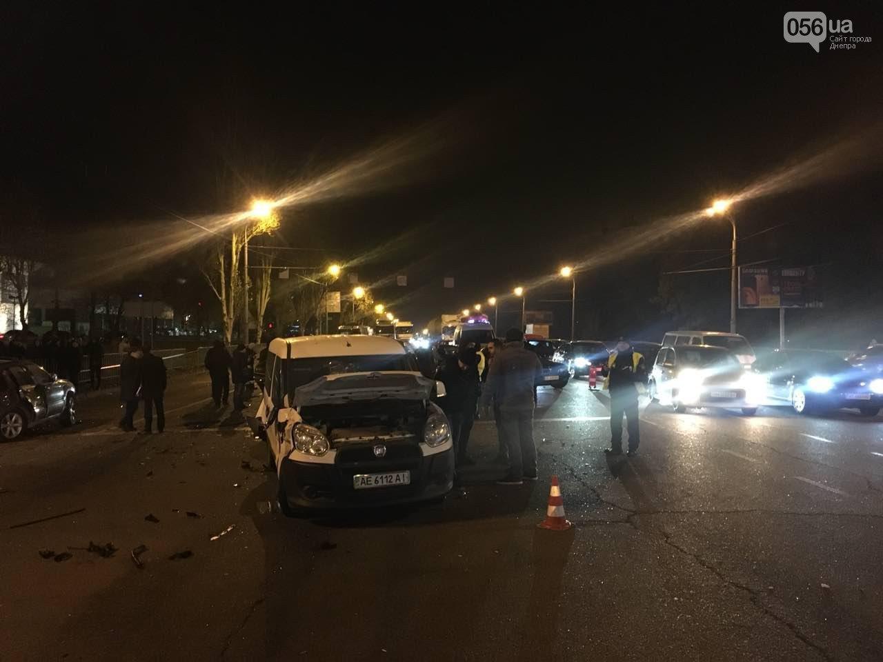 Десять авто в Днепре попали в масштабное ДТП: людей из машин доставали специнструментами, много раненых - фото