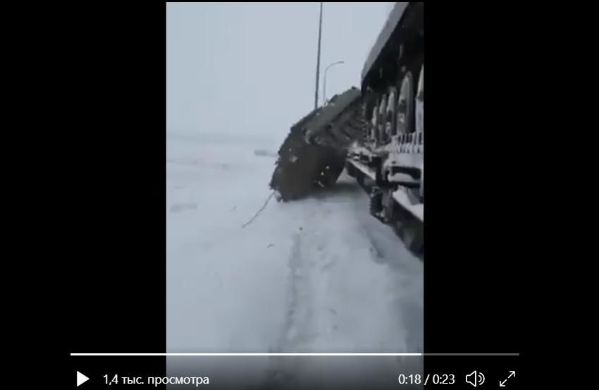 Видео нового ЧП российских военных: многотонная БМП перевернулась и рухнула с поезда