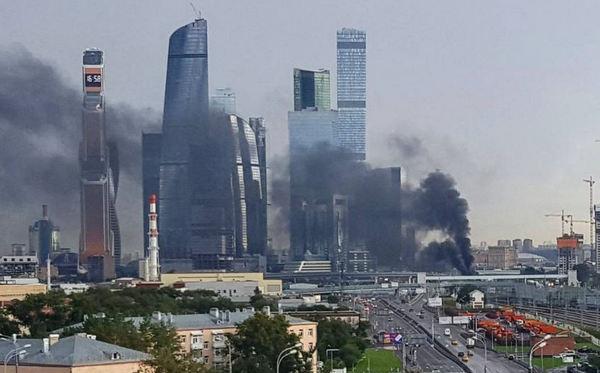 """В """"Москва-сити"""" переполох: элитные небоскребы российской столицы заволокло черным дымом - кадры"""