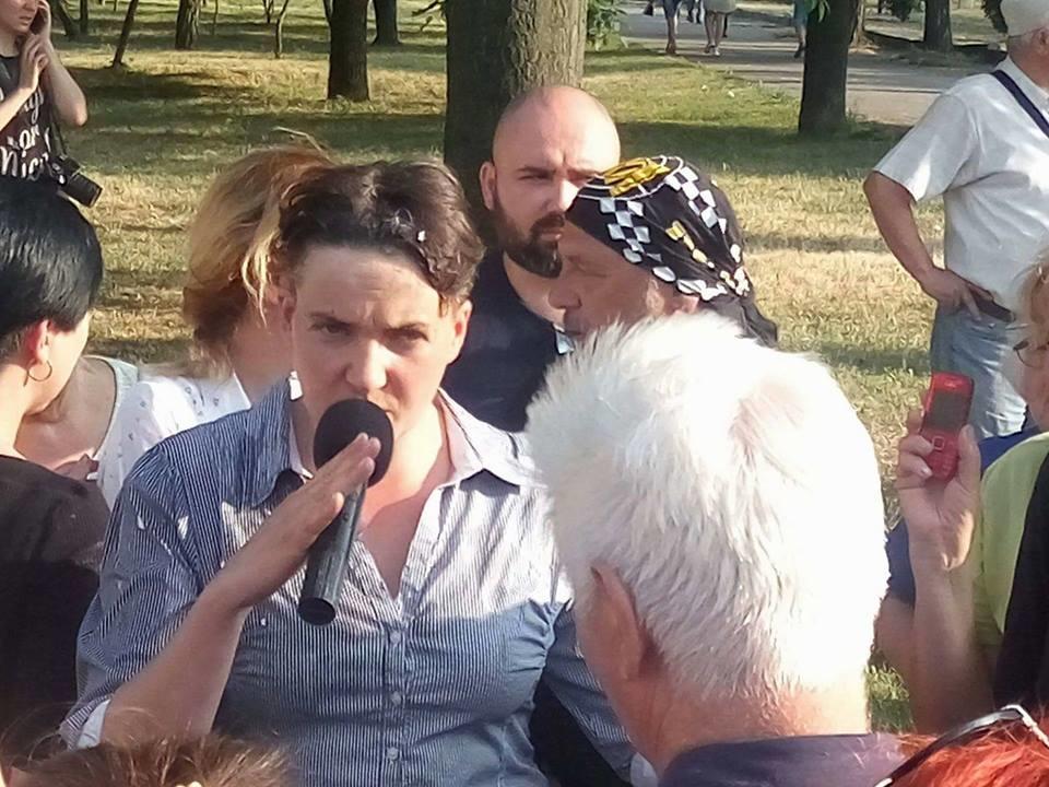 """Савченко опять вляпалась: опубликовано видео, как в Николаеве нардеп спровоцировала жуткий скандал с бойцом АТО, из-за чего """"героиню"""" забросали яйцами"""
