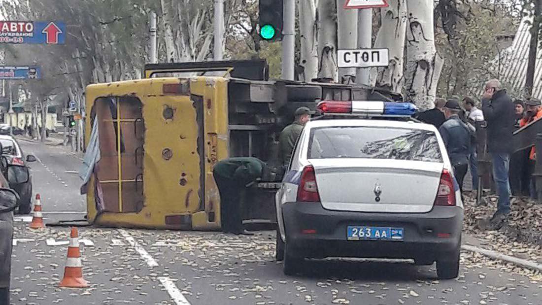 Невообразимое ДТП в Макеевке: автобус перевернулся с пассажирами – кадры происшествия удивили пользователей Интернета