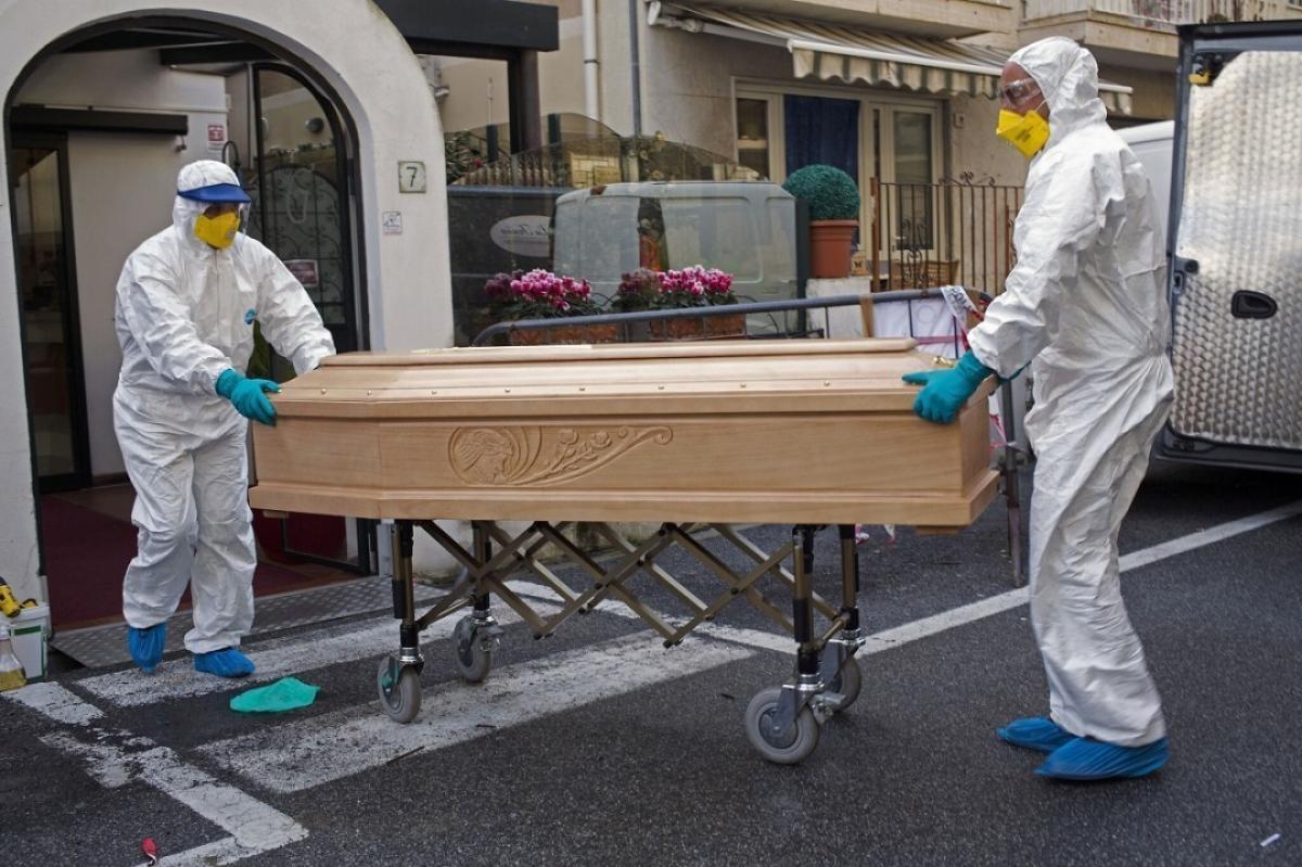 Коронавирус в Италии: армейские грузовики вывозят погибших за пределы городов, кадры