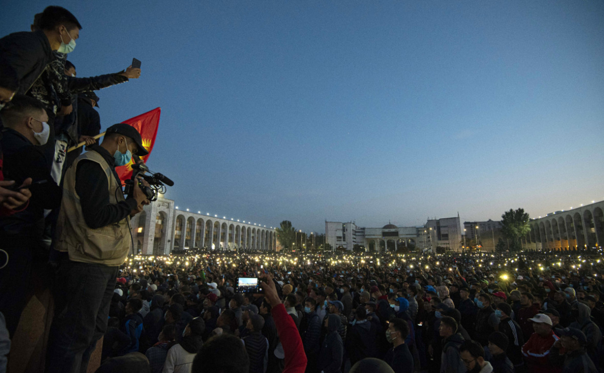 Протесты в Киргизии: президент заявил о захвате власти на фоне первого погибшего