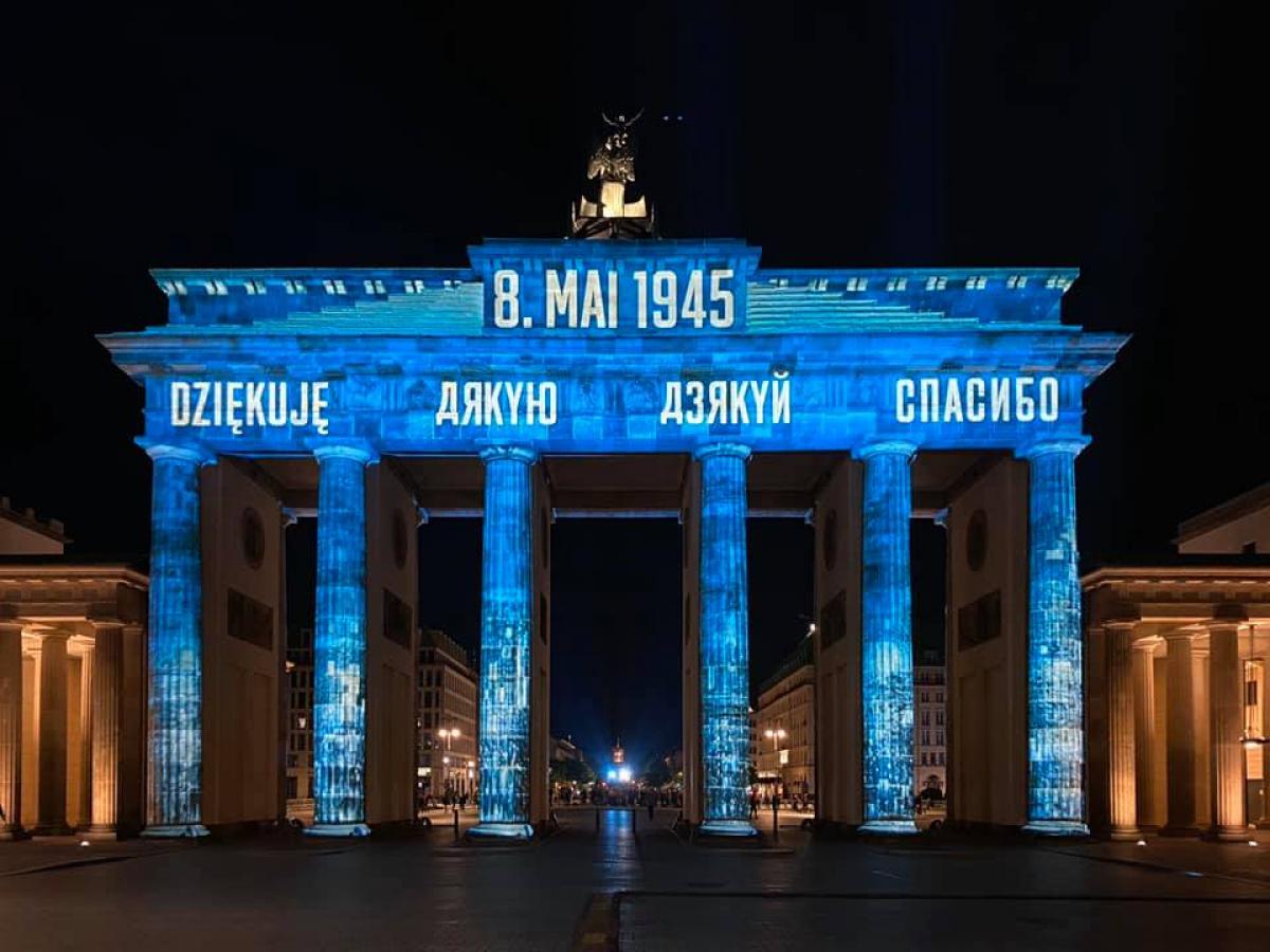 В Берлине Бранденбургские ворота украсили словами благодарности ко Дню Победы на разных языках