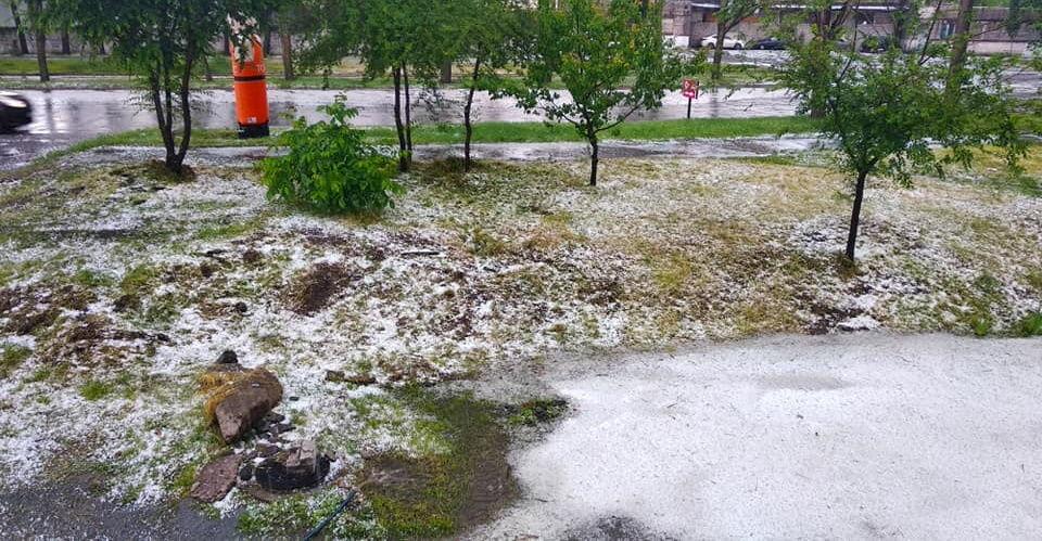 На Днепр обрушился сильный дождь с грозой и обилием града - фото обошли Сеть