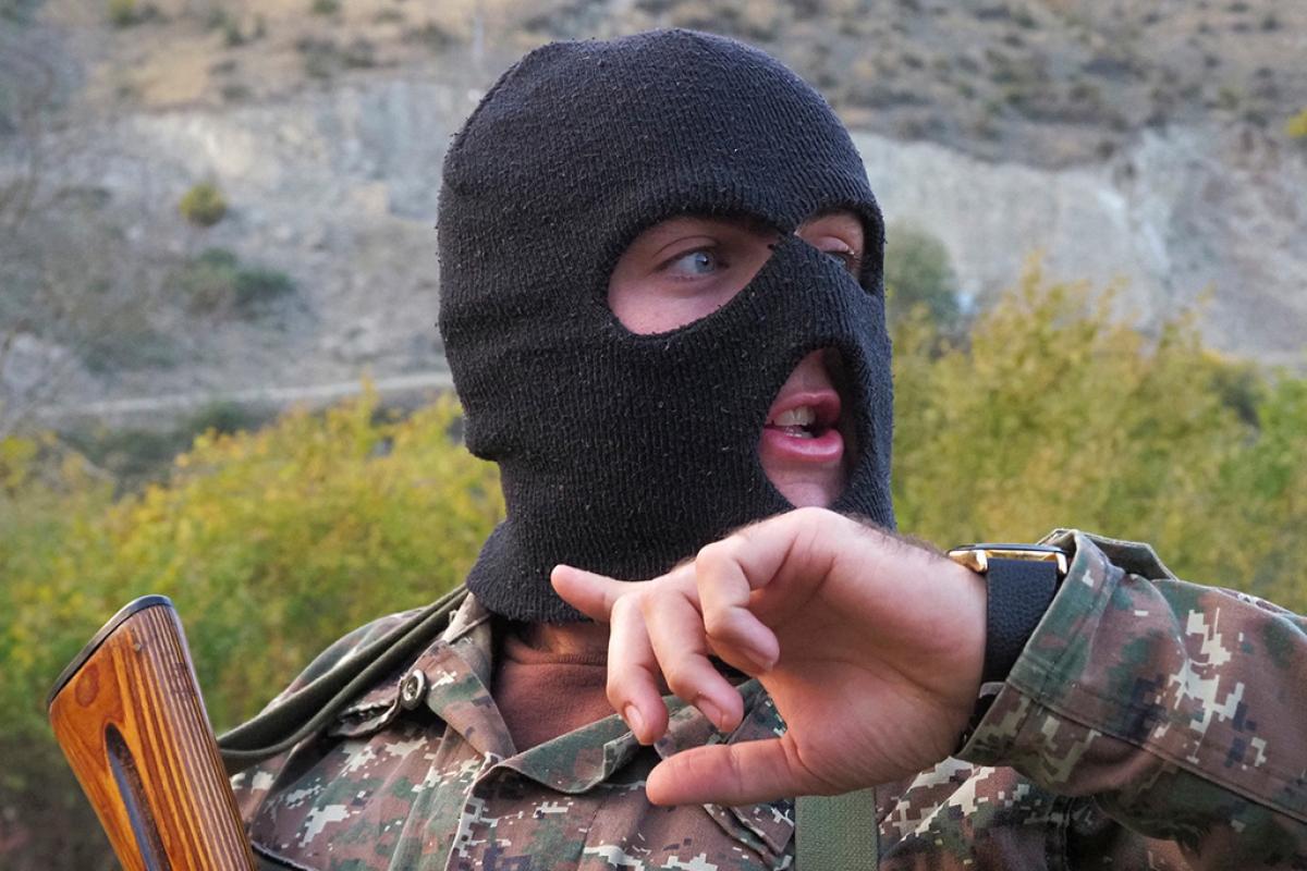 Армянский командир и бойцы отказались сдать позиции в Карабахе Азербайджану: появилось фото