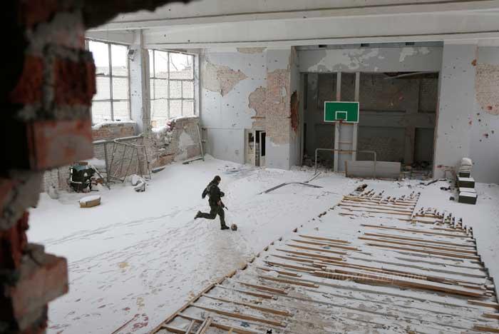 А раньше здесь бегала детвора: появилось апокалиптическое фото из разрушенного спортзала интерната в Марьинке - кадры