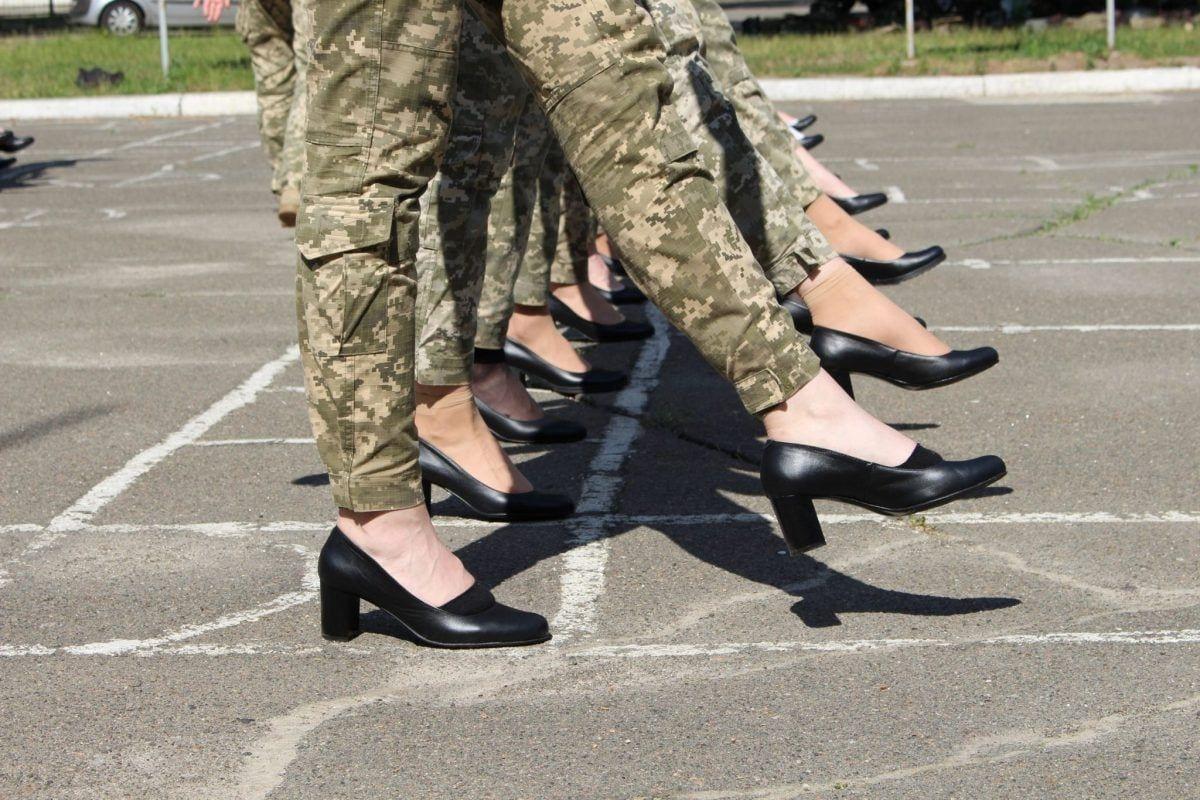 Общественность негодует из-за репетиции парада, курсанток одели в каблуки