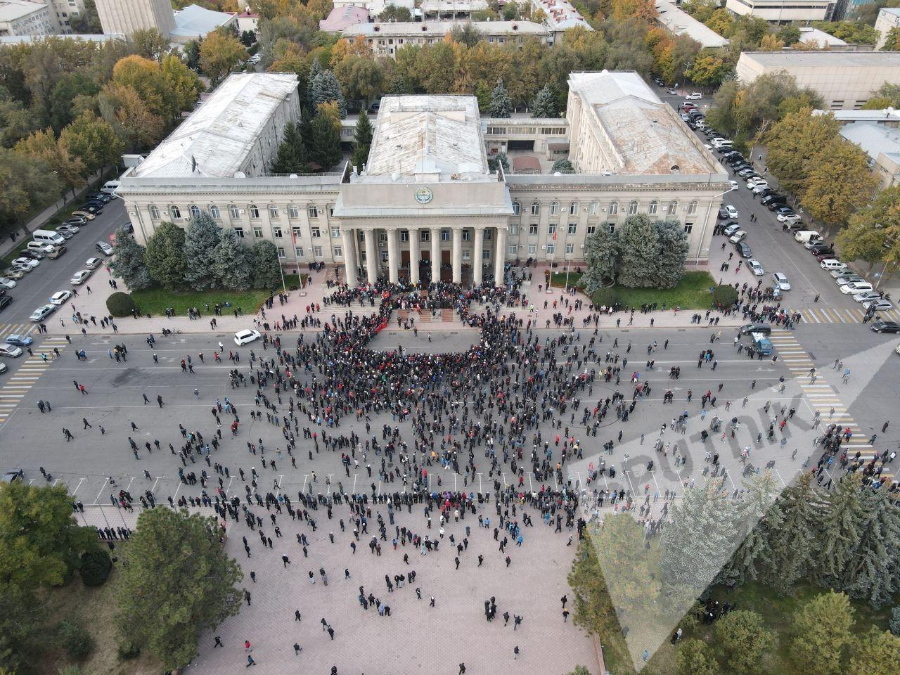 В центре Бишкека слышна стрельба, начались массовые столкновения