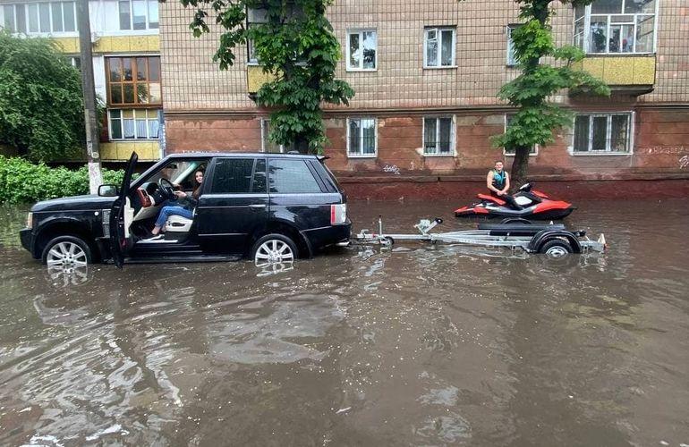Житомир затопило после сильного ливня: стихия заблокировала авто, люди плывут на надувных матрасах