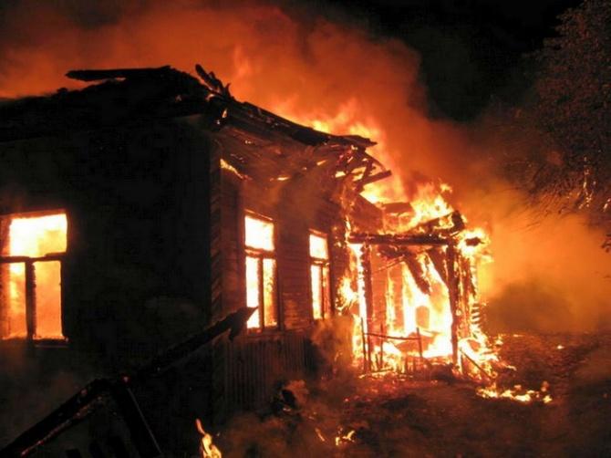 Пожар в Киеве: на рынке горит торговый павильон