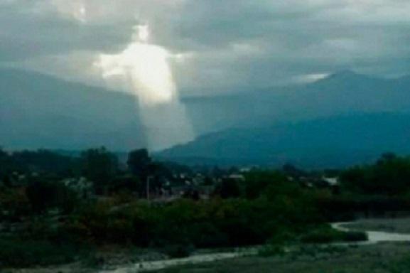 Явление Иисуса Христа в небе над Аргентиной вызвало жаркие дебаты: появилось фото Спасителя