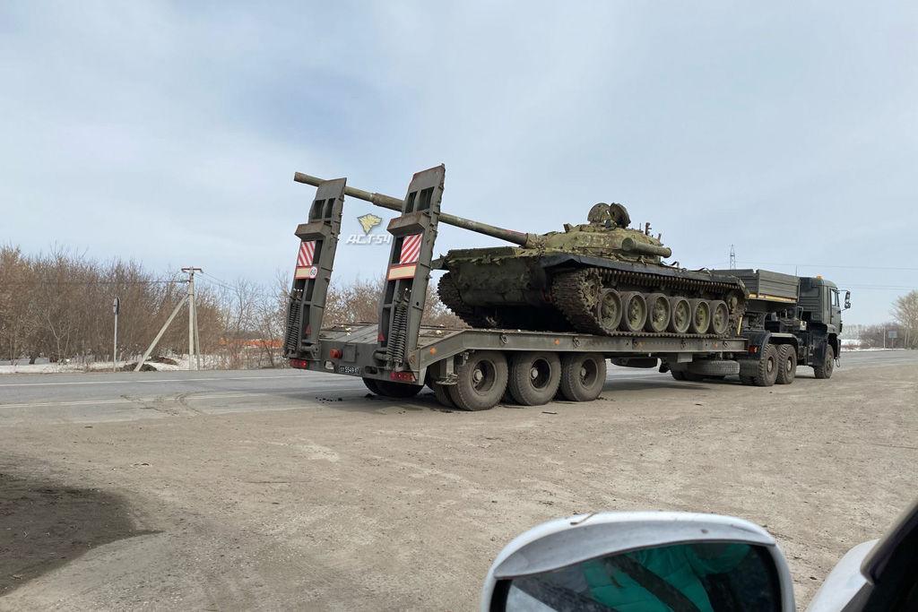 В России при транспортировке танка дулом вспороло кузов грузовика – рваные повреждения фуры около 10 метров