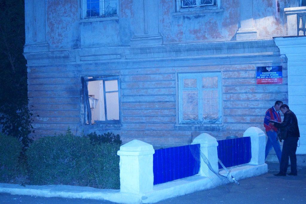 В оккупированном Шахтерске прогремел взрыв. Сепаратисты уже успели свалить всю вину за подрыв пустого военкомата на ДРГУ