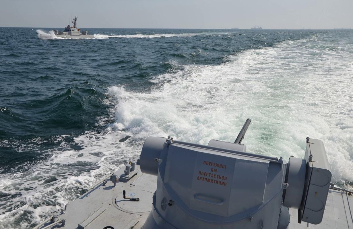 """Российский корабль """"Дон"""" протаранил рейдовый буксир ВМС Украины в Азове: появились кадры"""