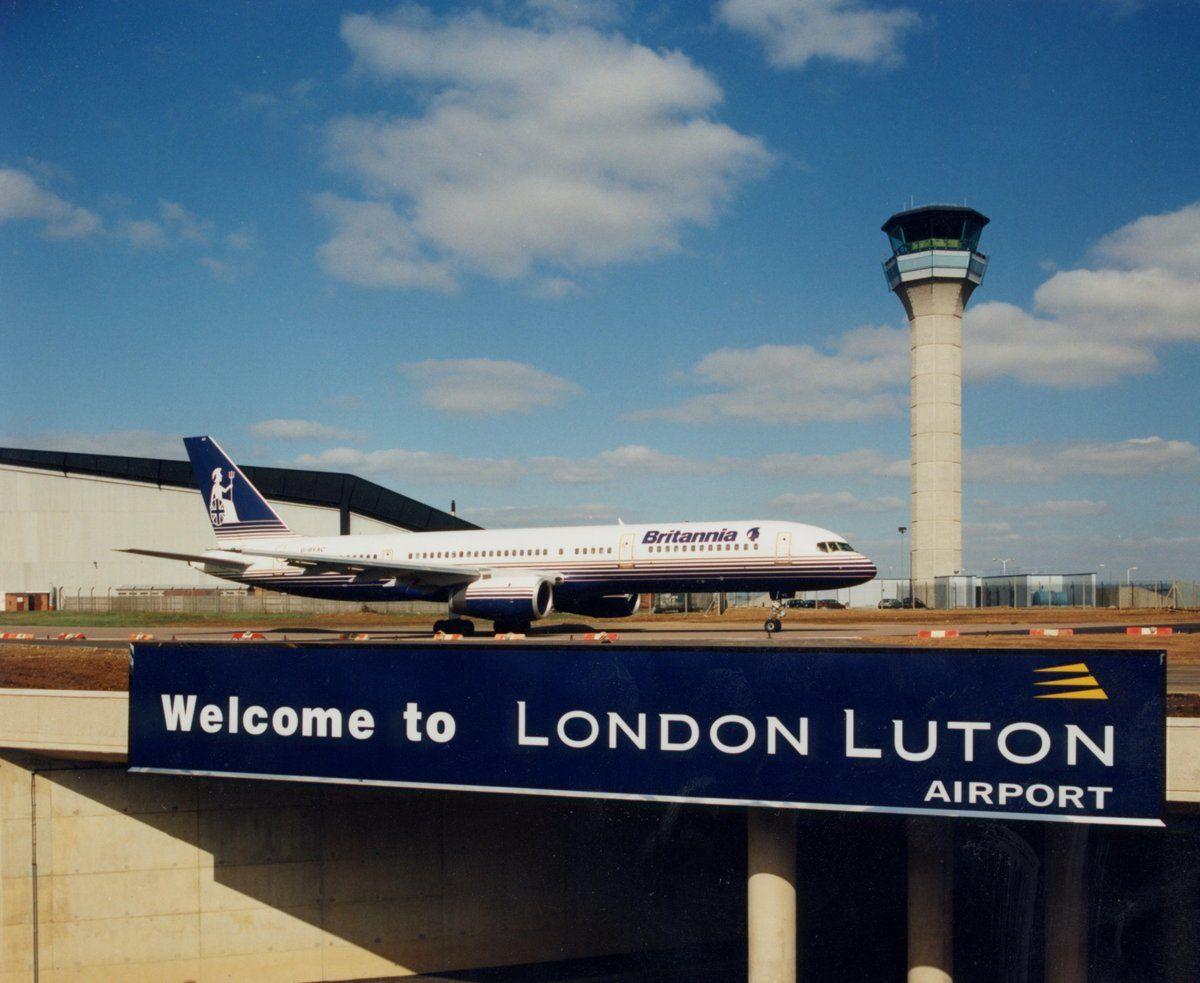 Массовая драка в лондонском аэропорту закончилась госпитализацией четырех человек: СМИ публикуют кадры