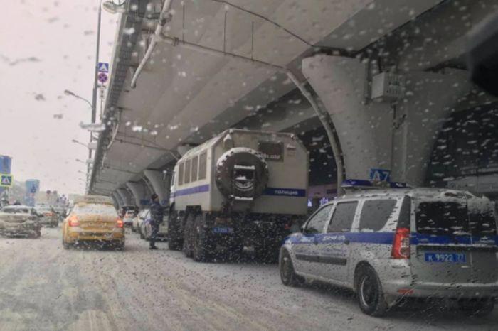 Навальный возвращается: за 19 часов до рейса Кремль согнал в аэропорт силовиков и автозаки