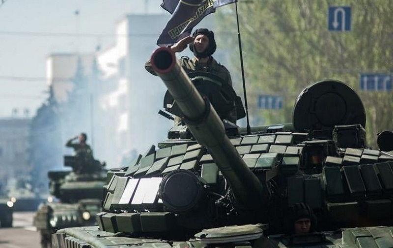 """В оккупированном Донецке готовятся к """"параду 9 мая"""": российские танки и войска шагают по украинскому городу"""