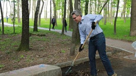 Посол США в Украине Джеффри Пайет занимался уборкой киевского парка