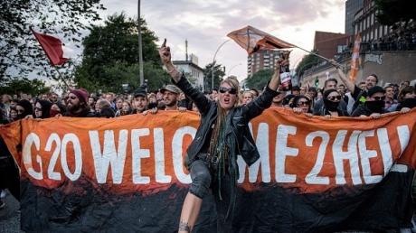 На улицы Гамбурга вышли сотни протестующих: разъяренная против проведения G20 толпа успокаиваться не намерена - пострадали более 70 полицейских - кадры