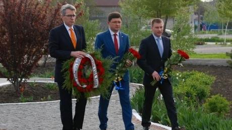 Посол США Джеффри Пайетт в Мариуполе возложил цветы у памятника жертвам кровавого обстрела 2015 года