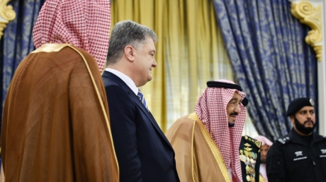 Порошенко стал почетным обладателем высшей награды в Саудовской Аравии, которую лидеру Украины вручил лично король, - кадры