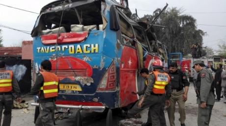 """Правительственный автобус """"взлетел"""" на воздух в Пакистане: десятки погибших и изувеченных чиновников"""