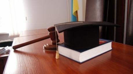Минсоцполитики: судьи и прокуроры будут лишены права получать заработную плату и пенсию