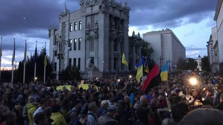 """Тысячи украинцев под Офисом Зеленского скандируют: """"Капитуляции нет!"""" - онлайн-трансляция"""