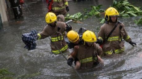 """До побережья Китая добрался мощнейший тайфун """"Мангхут"""" - полмиллиона человек экстренно эвакуируют из зоны бедствия - кадры"""
