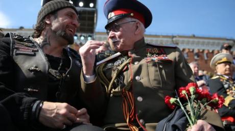 Фото фейкового ветерана в VIP-ложе на параде Победы в Москве поразило Сеть: СМИ раскрыли правду