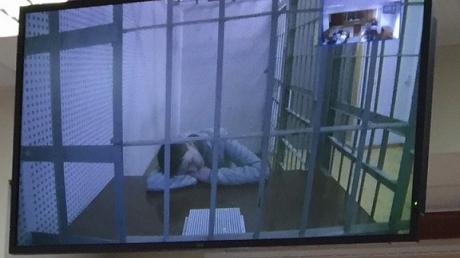 На заседании суда обессиленная Савченко полулежит за столом - адвокат