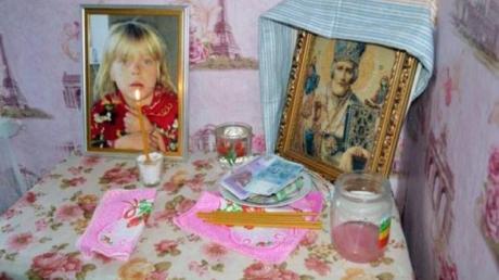Кадры прощания в Донецкой области со зверски убитой 6-летней Алиной Васютиной: на похоронах дежурили кареты скорой, люди потоком несли игрушки и живые цветы